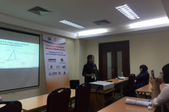 """Diep presents her research on """"The livelihood vulnerability to printing in full-dyke system in Cho Moi district, An Giang province"""" at the """"International Symposium on Lowland Technology"""" seminar held in Hanoi in September 2018."""